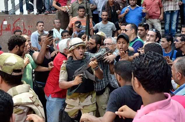militares-enfrentados-con-civiles-en-egipto-afp.jpg